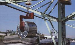 Einsatz einer LK Hängewaage im Stahlhandel mit angehängter Coilzange